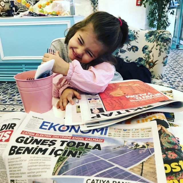 Anne kz keyif yapyoruz bu sabah Gazetemizi okurken kahvalt yapyoruzhellip
